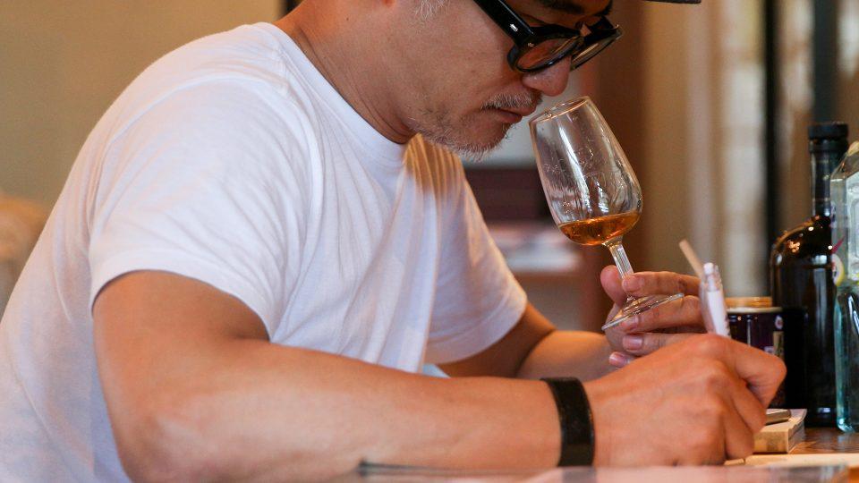 高翊峰專文〈持續寫與喝的日常〉